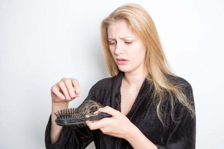 Padání vlasů u žen. Příčinou může být těhotenství, stres či špatná životospráva.