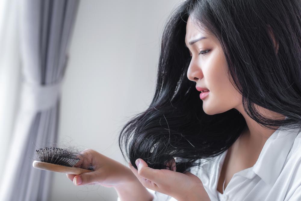Padání vlasů po porodu způsobuje především změna hladiny estrogenu. Má na něj vliv i kojení