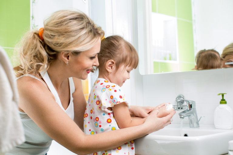 Jak dětem vysvětlit, že je potřeba mýt si ruce?