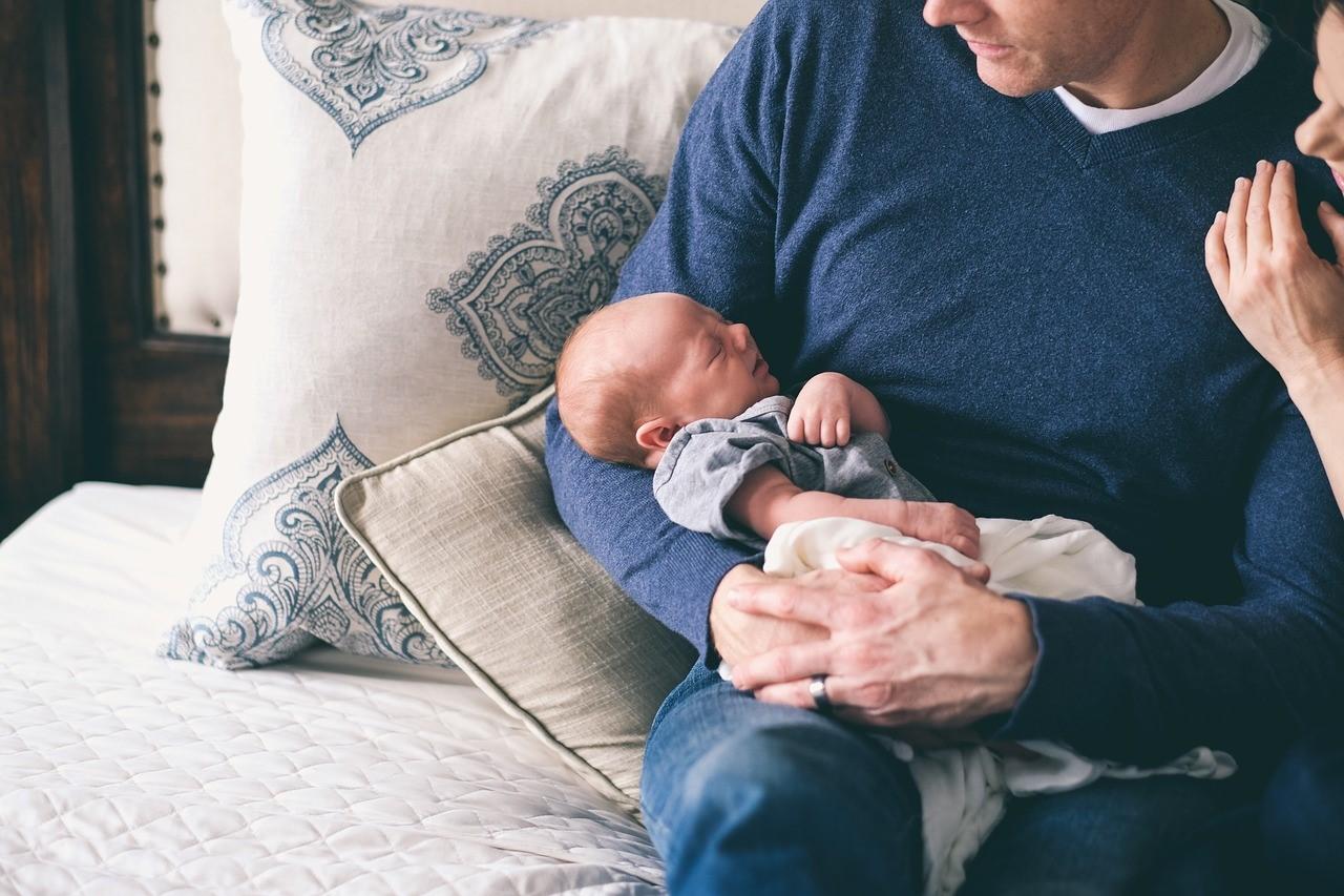 Otcovská dovolená umožňuje hlubší vztahy otce se svým potomkem i matkou dítěte