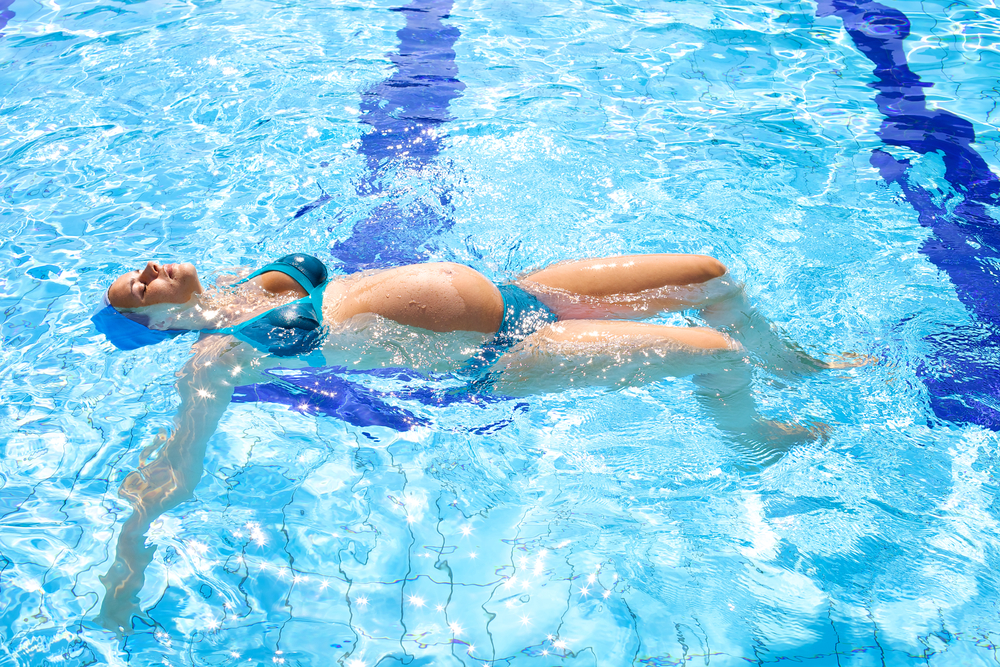 Plavání v těhotenství je skvělým způsobem, jak zůstat v kondici až do porodu. Na co si dát pozor?