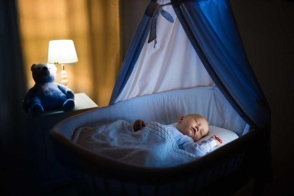 Jak uspat miminko, když nechce spát? Ztlumte světla a pusťte bílý šum