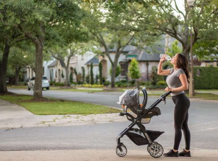 Nemáte čas po porodu sportovat? Zacvičte si s kočárkem na čerstvém vzduchu, stačí vám 20 minut