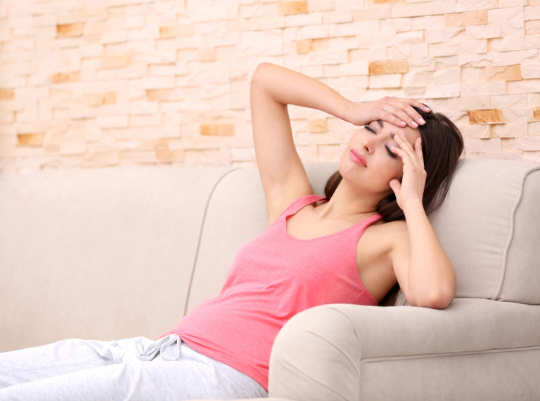 Za bolest hlavy při menstruaci může snížená hladina estrogenu a progesteronu. Jak se jí zbavit?