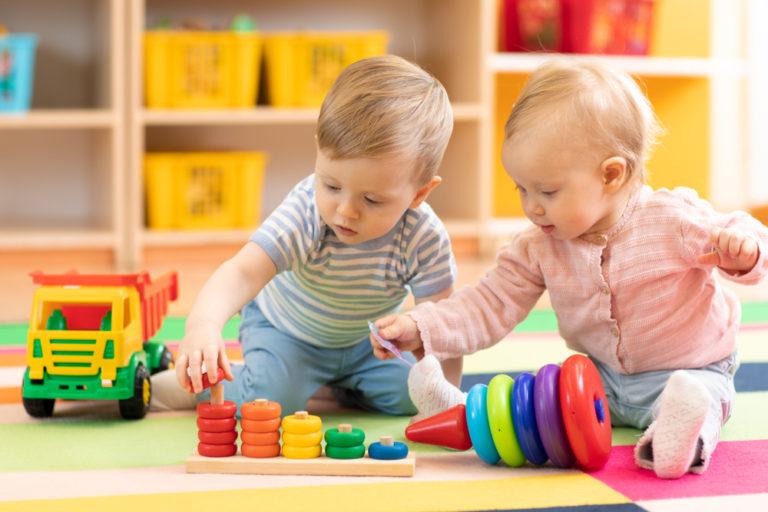 Jak naučit dítě barvy? Použijte identické hračky odlišných barev