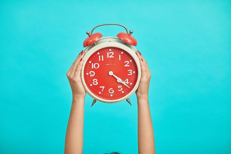 Jak naučit dítě hodiny? Ukazujte na ciferníku, kdy snídáte a kdy jdete spát