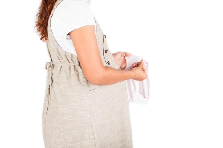 Silná menstruace v těhotenství může být známkou potratu. Slabé krvácení v začátcích bývá běžné