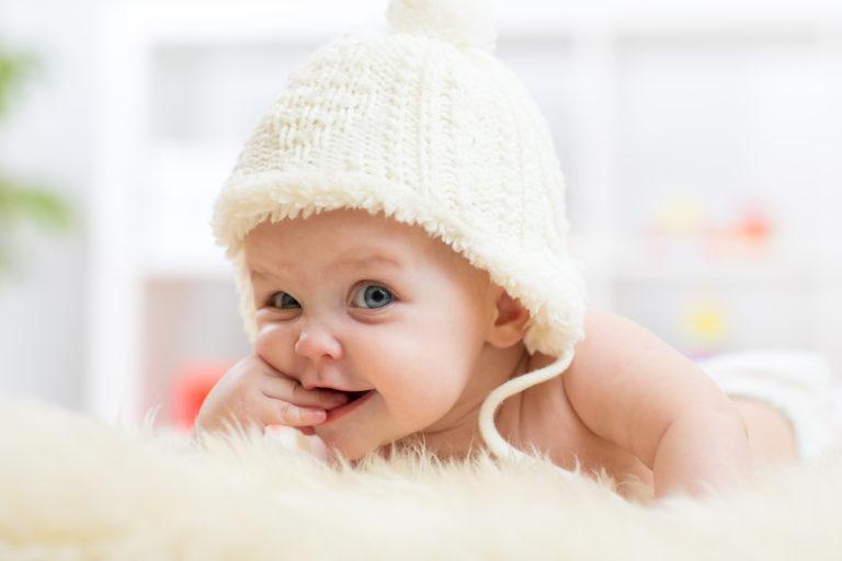 Škytavku u miminka může způsobit překrmení i rychlé jedení. Jak ji zastavit?