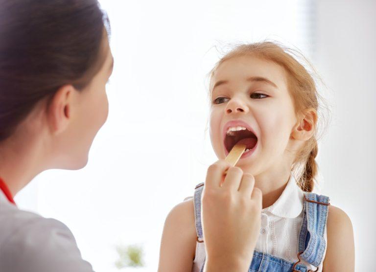 Spálová angína se šíří především mezi dětmi mladšími 12 let. Víte, jak ji poznat?